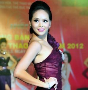 Hoa khôi Lại Hương Thảo kể về vết sẹo do bố đánh