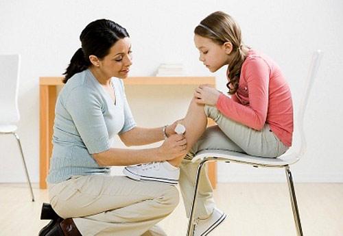 Bạn nên băng vết thương lại với băng gạc để tránh bụi bẩn có thể gây nhiễm trùng vết thương